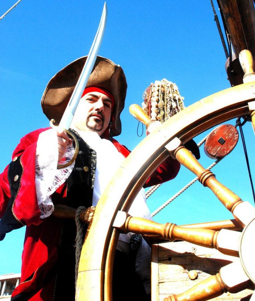 pirate et son épée sur le vieux port de Marseille, pirate magicien à Marseille, spectacle de pirate pour les enfants de Marseille,Fabrizio Bolzoni Magicien pirate à Marseille, spectacle de pirate à Marseille