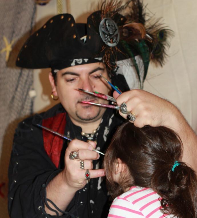 pirate qui maquille un enfant, animation maquillages pour enfants à Marseille, Fabrizio le pirate et ses maquillages pour enfants dans les bouches du Rhône