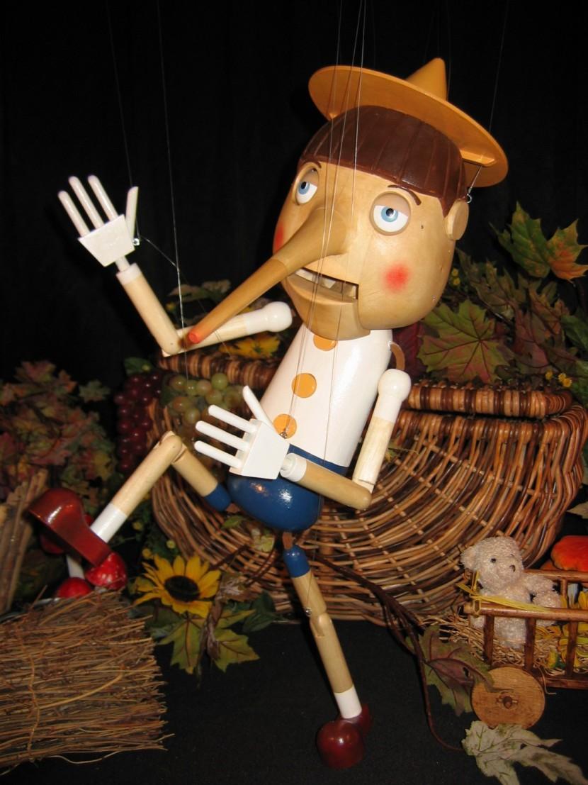 marionnette Pinocchio, Pinocchio la marionnette à fils de Fabrizio le magicien fantaisiste à Marseille et en France, Pinocchio la marionnette à fils de Fabrizio artiste à marseille Provence