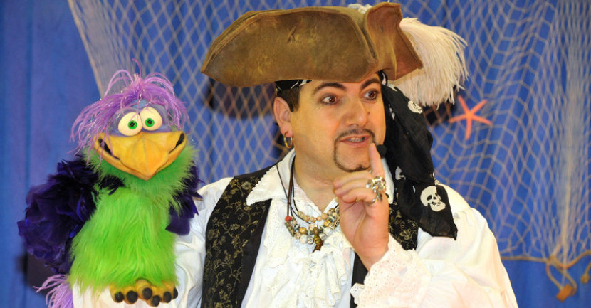 marionnette perroquet ventriloque de Fabrizio le pirate magicien fantaisiste des enfants en France