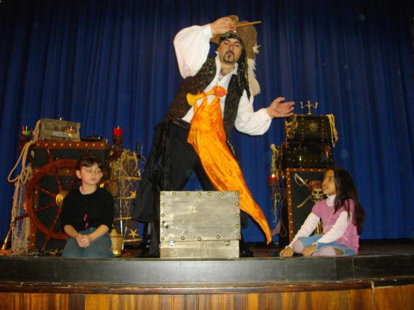 spectacle de marionnettes et pirate avec Fabrizio le magicien pirate des enfants à marseille et en France, spectacle de magie pour enfants à Marseille
