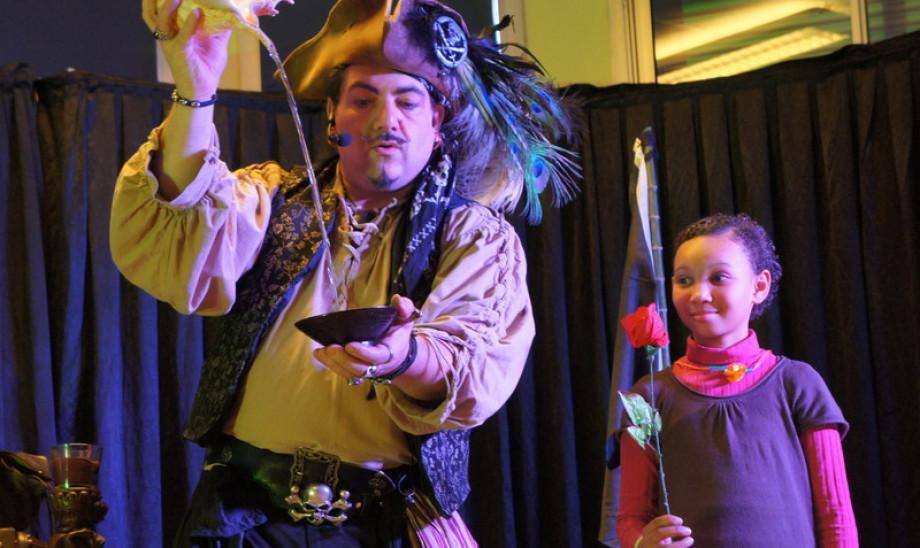 Spectacle magique avec Fabrizio le magicien des enfants à Marseille, magicien dans les bouches du Rhône, Fabrizio le pirate magicine des enfants à Marseille, magicien Aix en Provence, magicien pirate pour enfants à Marseille