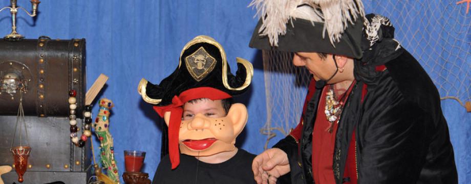 Magicien ventriloque à Marseille avec Fabrizio Bolzoni le magicien sculpteur de ballons en Provence, spectacle de magie et ventriloquie à Marseille avec Fabrizio le magicien pirate à Marseille
