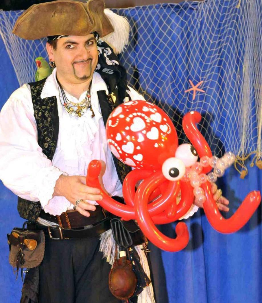 Pieuvre en ballons sculptés par Fabrizioo le pirate magicien des enfants à Marseille, spectacle de magie pour les enfants à Marseille, spectacle de ballons sculptés à Marseille, anniversaire magique avec Fabrizio le magicien pirate de Marseille France, ba