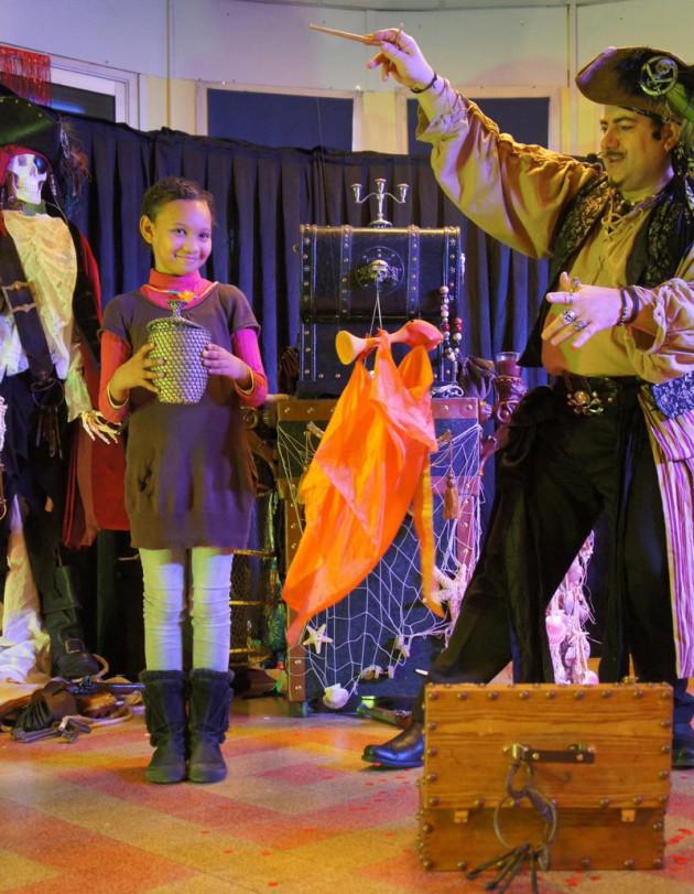 Fabrizio le pirate et sa marionnette, spectacle de magie pour enfants à Marseille, pirate magicien à marseille et Provence, spectacle de pirate à marseille