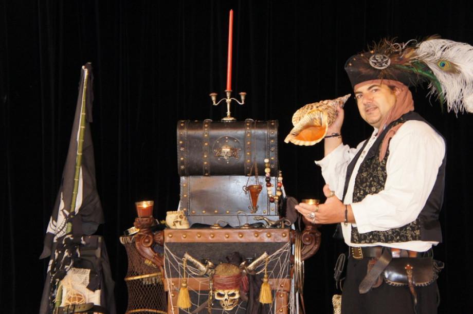 Anniversaires de pirates et de sirènes à Marseille avec Fabrizio Bolzoni magicien, arbres de Noël à Marseille avec Fabrizio le pirate magicien de Marseille, la magie des pirates à Marseille