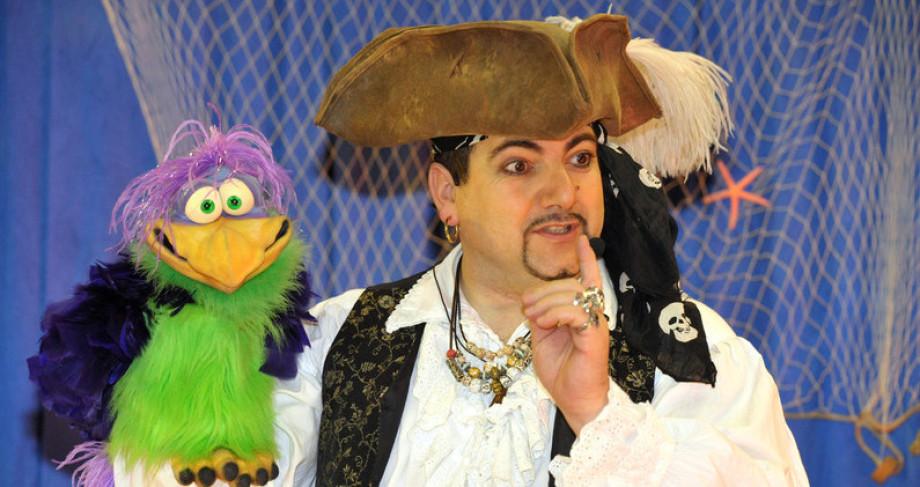 magicien ventriloque à Marseille avec Fabrizio le magicien des enfants de Marseille et sa région, artiste magicien à Marseille, spectacle de magie et ventriloquie à Marseille, la magie des pirates à Marseille