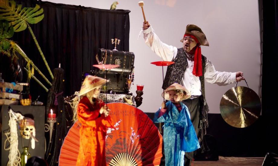 Les artistes chinoises sont dans le spectacle de magie de Fabrizio le pirate magicien à Marseille, spectacle de magie pour enfants à Marseille, fabrizio le magicien pirate à Marseille, spectacle de magie à Aix en Provence, spectacle pour enfants à Marseil