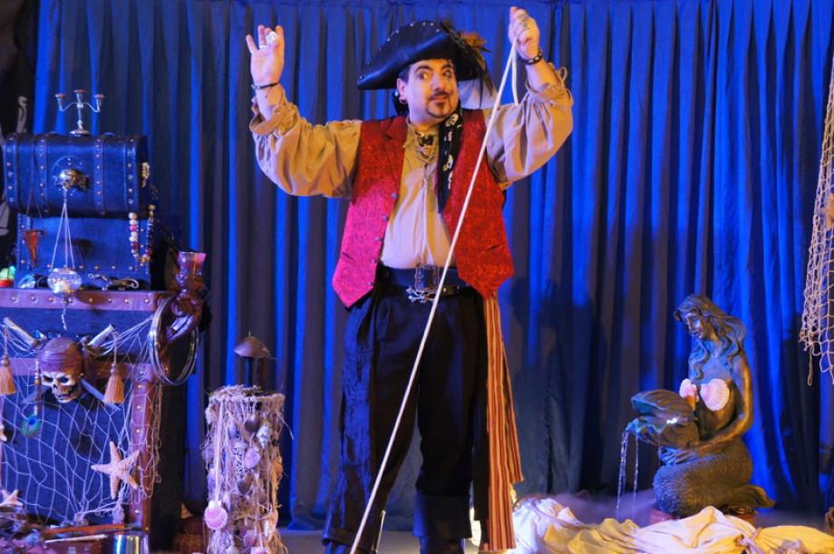 Arbre de Noël à Marseille avec Fabrizio le pirate magicien des enfants à Marseille, magicien pour enfants à Marseille et sa région, spectacle pour les écoles des bouches du rhônes avec Fabrizio Bolzoni artiste du spectacle à Marseille