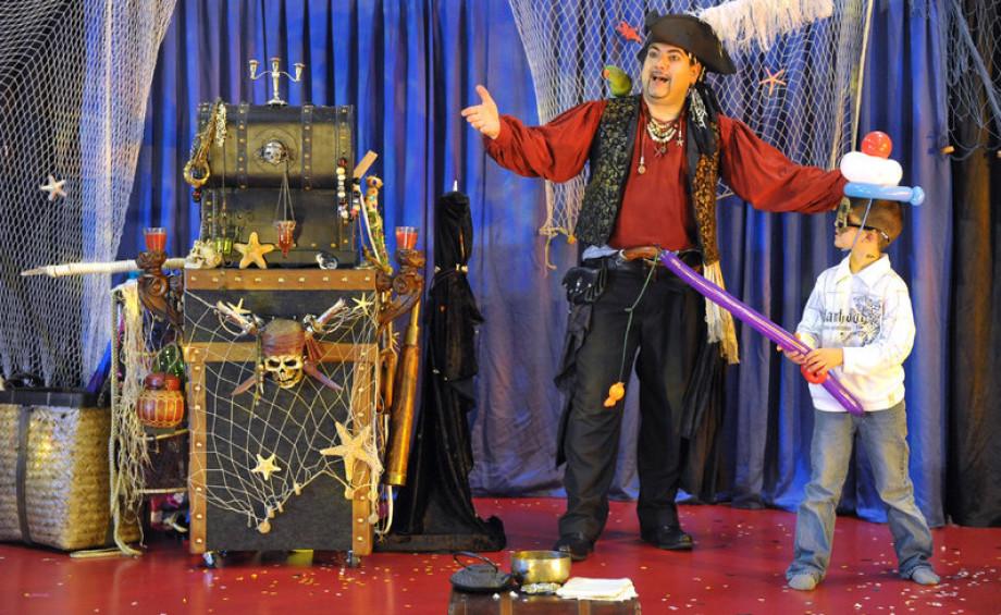 spectacle de magie pour Noêl à Marseille avec Fabrizio le magicien des enfants, spectacle de Noël à Marseille, spectacle de pirate pour Noël à Marseille, spectacle arbre de Noël à Marseille avec FAbrizio l epirate magicien des bouches du Rhône