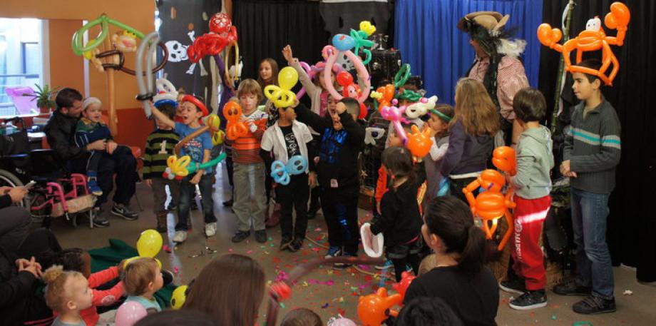 Ballons sculptés et magie avec Fabrizio Bolzoni Marseille,spectacles enfants à Marseille, les ballons de Fabrizio le pirate magicien de Marseille, spectacle pour les écoles de Marseille avec Fabrizio