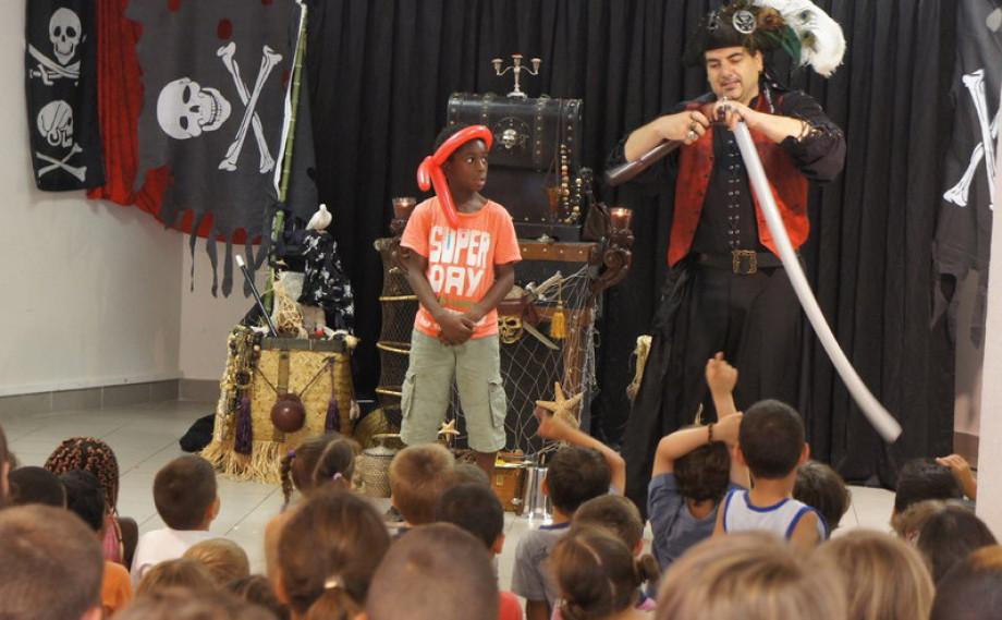 spectacle de magie pour les écoles de Marseille avec Fabrizio le pirate magicien,magie et ballons avec Fabrizio le pirate magicien des enfants à Marseille