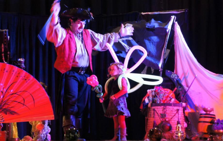 spectacle de pirate à Marseille, fabrizio le magicien sculpteur de ballons à Marseille, ballons sculptés à Marseille, spectacle de magie et ballons avec Fabrizio le pirate des enfants à Marseille, pirate de la Provence, spectacle de pirate dans les bouche
