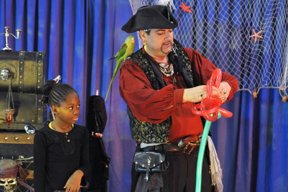Pirate sculpteur de ballons en spectacle pour enfants à Marseille Provence Alpes Côte d'Azur, Fabrizio le pirate magicien des enfants à Marseille, magicien pirate et sculpteur de ballons à Marseille