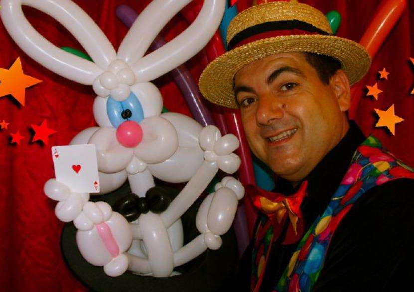 lapin magicien en ballons sculptés, lapin en ballons sculpté de Fabrizio, Fabrizio est un artiste fantaisiste à Marseille et en France