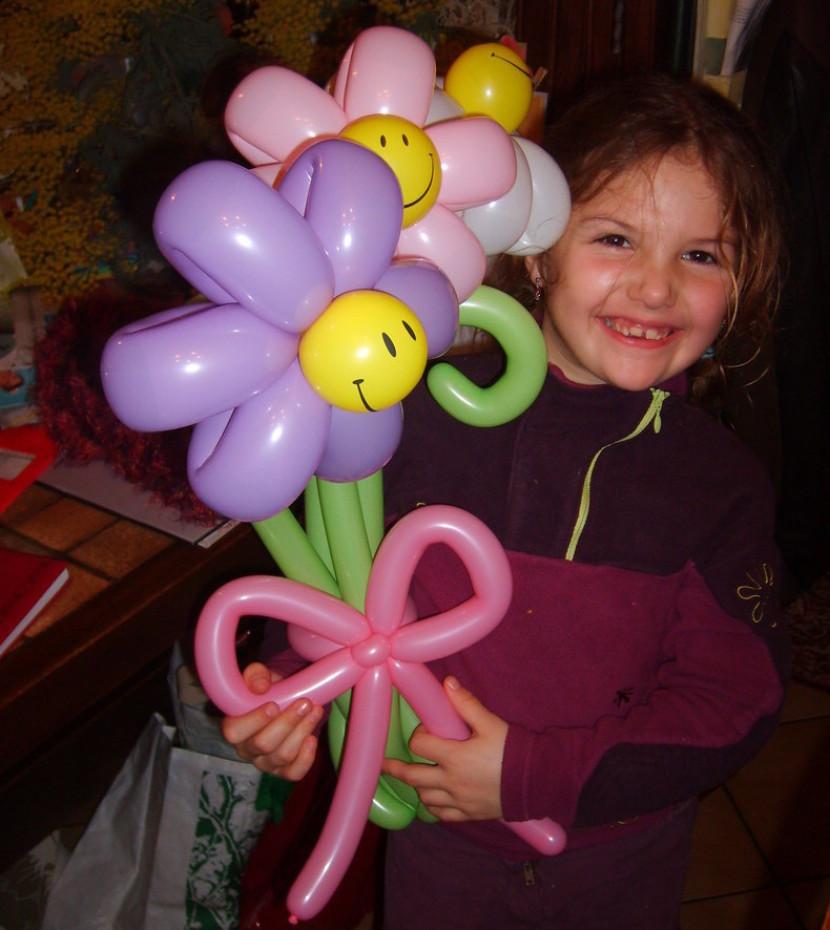 Fleurs en ballons pour un anniversaire organisé par Fabrizio le magicien fantaisiste à Marseille et en France