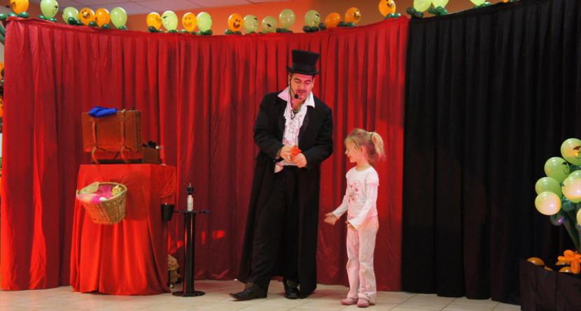 animation Halloween à Marseille, spectacle d'Halloween pour enfants avec magie et ballons c'est Fabrizio le magicien fantaisiste en France et à Marseille