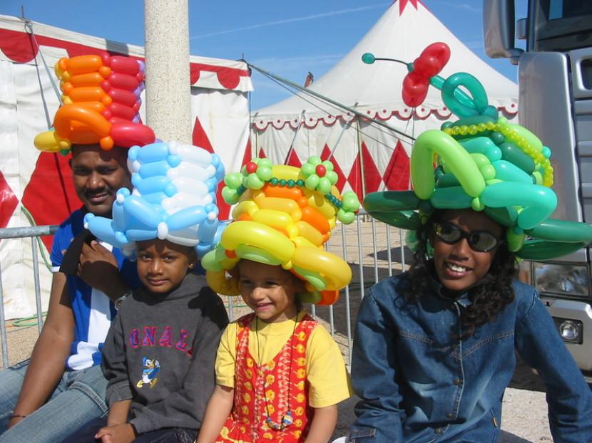 chapeaux en ballons sculptés de Fabrizio le magicien à Marseille, les ballons sculptés de Fabrizio le magicien fantaisiste en France