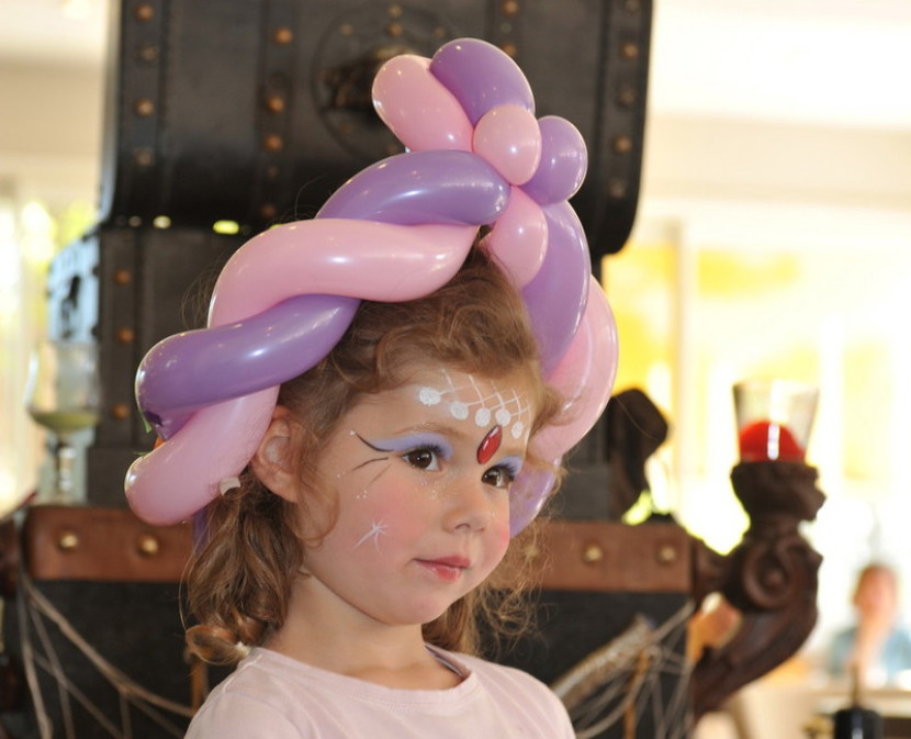 chapeau en ballon et maquillage de princese, Fabrizio Bolzoni animateur pour enfants à Marseille, maquillages et sculptures de ballons à Marseille