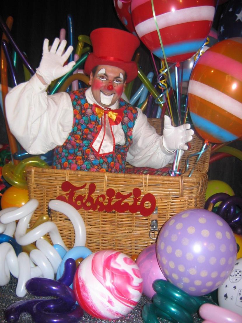 Clown Fabrizio et ses ballons magiques en France, artiste fantaisiste, clown magicien des enfants en France Fabrizio Bolzoni le magicien ventriloque en France, clown à Marseille