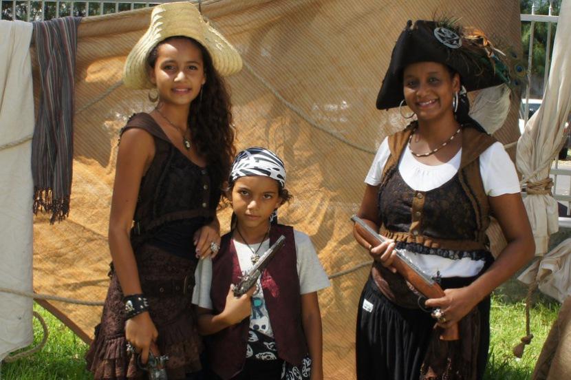 festival des pirate à Marseille avec Fabrizio le pirate magicien fantaisiste à Marseille, famille pirate à Marseille