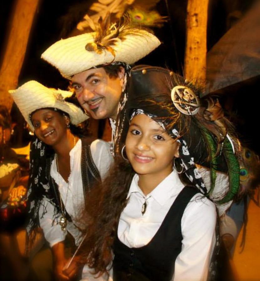 la famille pirates à Marseille, les pirates de Marseille, la fête des pirates et des sirènes avec Fabrizio le magicien fantaisiste des enfants, festival des pirates en France et en Europe avec Fabrizio le pirate magicien ventriloque à Marseille