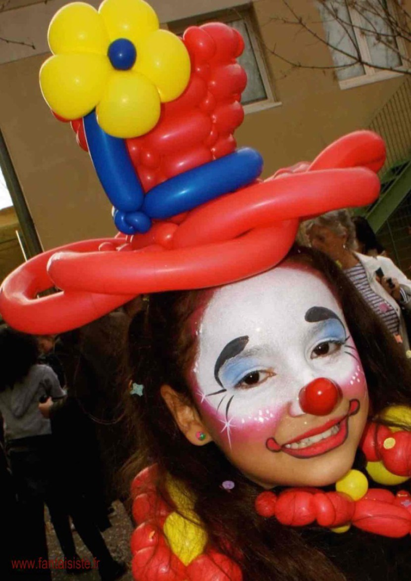 maquillage de clown et chapeau en ballons de Fabrizio le magicien des enfants en France, costume de clown en ballons Marseille, fabrizio le clown marseille