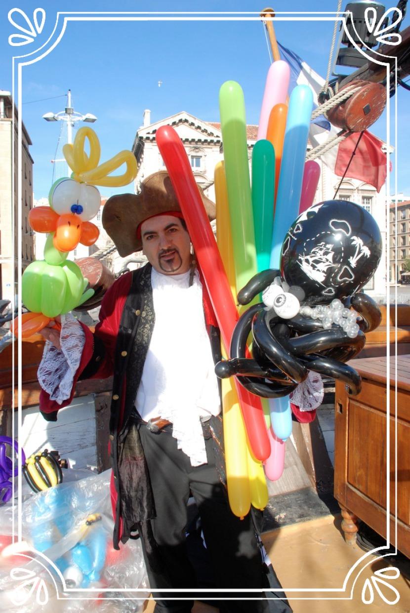 Sculpteur de ballons à Marseille, fabrizio le pirate magicien à Marseille France