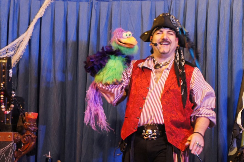 pirate ventriloque en spectacle pour enfants à Marseille, arbres de Noël à Marseille, spectacles des écoles à Marseille, magicien pirate Marseille, France