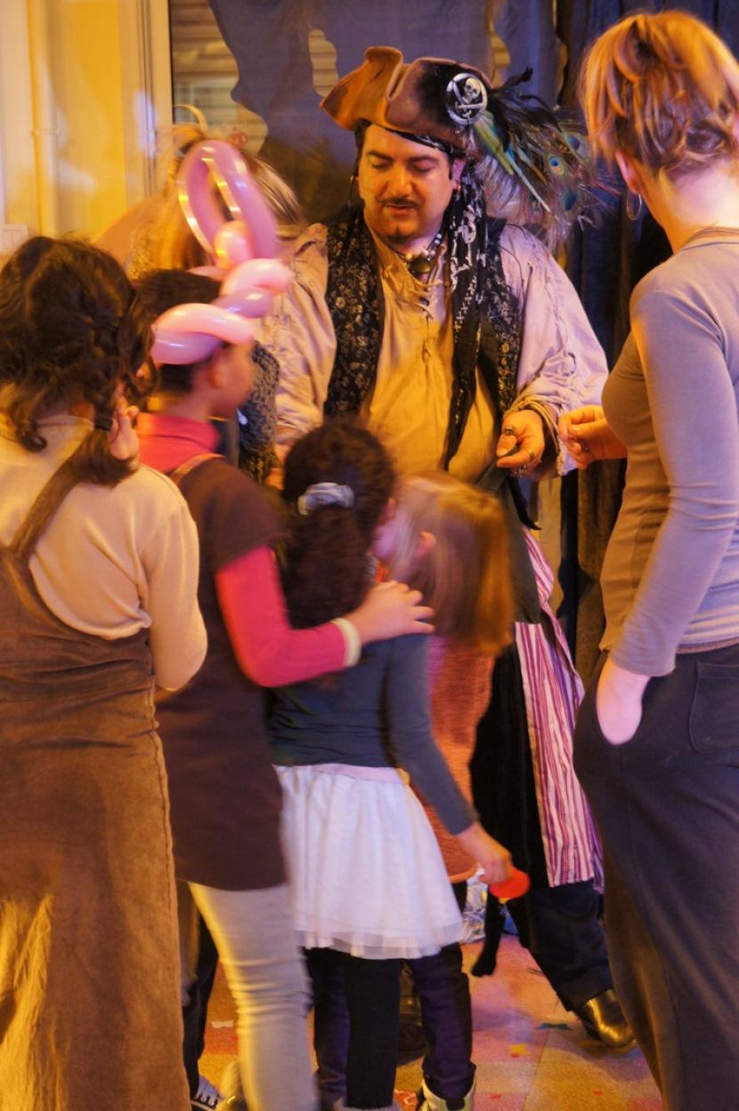 Fabrizio le magicien pirate des enfants à Marseille France, magicien pour enfants à Marseille, pirate à Marseille en spectcale pour enfants, l'île au trésor avec Fabrizio le prate de Marseille, animation Pirate à Marseille