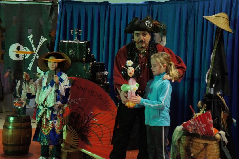 spectacle de magie pirate avec Fabrizio le sculpteur de ballons pirate en France, spectacle pour les écoles à Marseille, spectacle de magie pour les écoles à Marseille, spectacle de magie pourles centre aérés à Marseille et Aix en Provence France