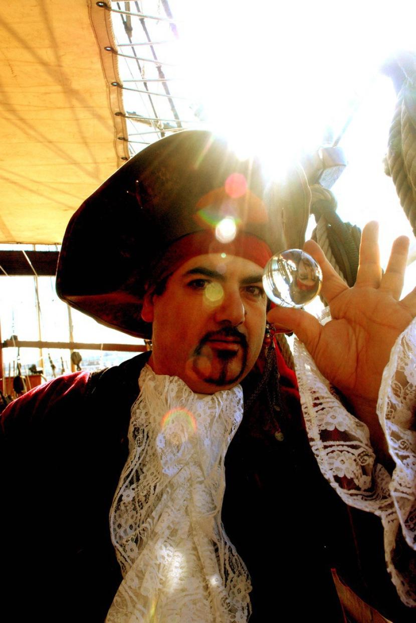 Fabrizio le pirate magicen et sculpteur de ballons pour les enfants en France, pirate magicien à Marseille, la magie des bulles avec Fabrizio le pirate magicien à Marseille, artiste du spectacle à Marseille, animations pirates à Marseille