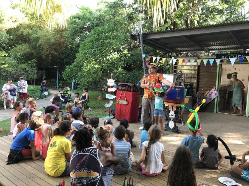 festival de magie comique et ballons sculptés avec Fabrizio le magicien incroyable en France, artiste des ballons à Marseille, spectacle pour les enfants à Marseille