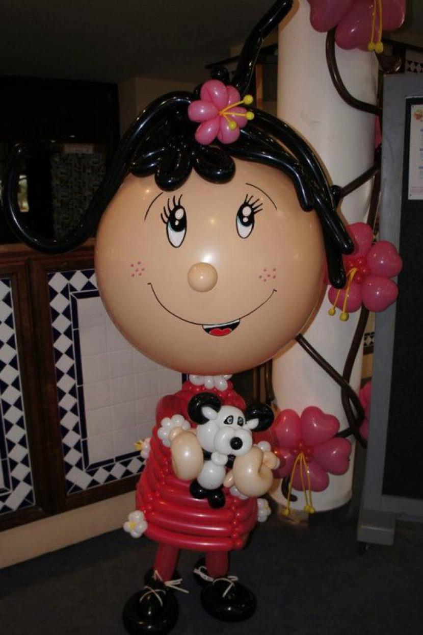 personnage en gros ballons sculpté par fabrizio le magicien des enfants à Marseille, magicien St Denis, magicien en région PACA, décoration ballons Marseille