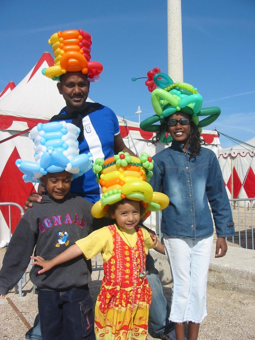 Chapeaux en ballons sculptés par Fabrizio le magicien fantaisiste à Marseille, les ballons de fabrizio à Marseille