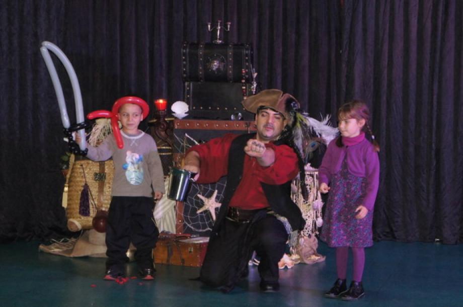 épée en ballons sculptés par Fabrizio le magicien des enfants en France, spectacle de noël à Marseille avec Fabrizio le pirate magicien