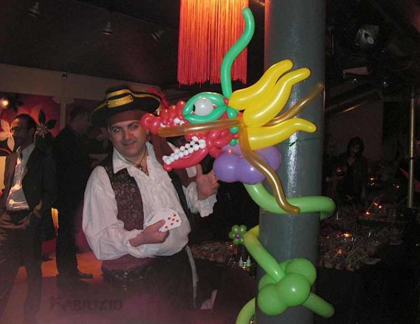 Dragon en ballons réalisé par Fabrizio le magicien fantaisiste à Marseille et région PACA France Champion des ballons sculptés