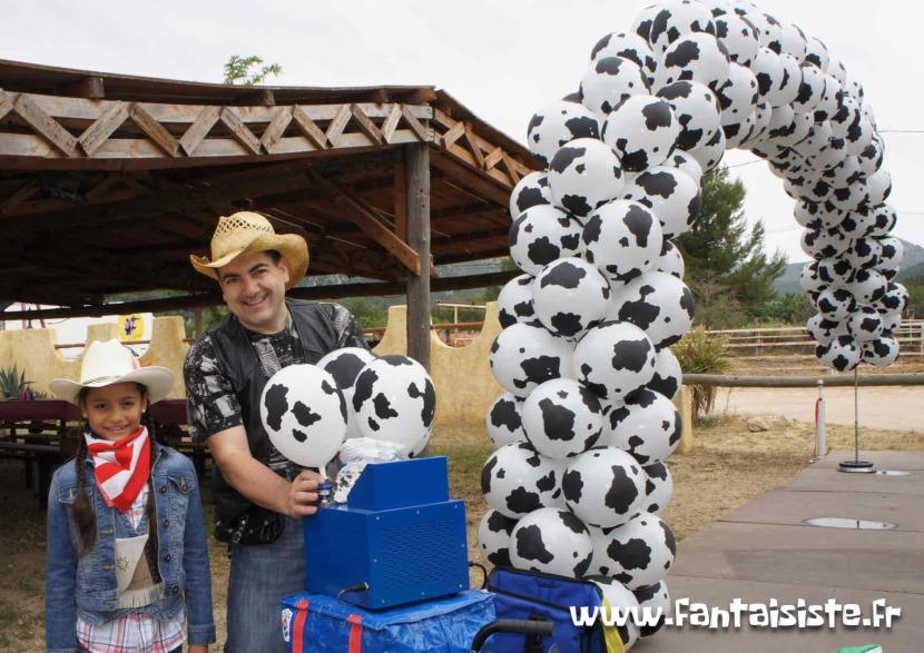 arche en ballons cow-boy Marseille, arche en ballons vache de fabrizio le magicien des ballons, décoration ballons western, déco ballons Marseille