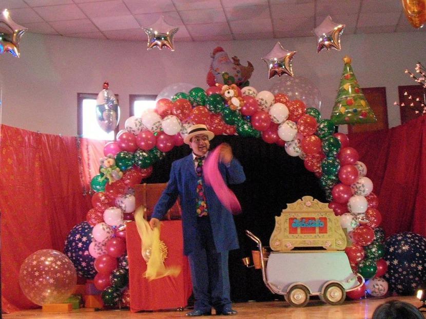 decoration arche en ballons de Fabrizio le magicien fantaisiste à Marseille France, décoration en ballons pour arbres de Noël en Provence, arche en ballons de Noël en Provence région PACA avec Fabrizio le magicien des ballons à Marseille