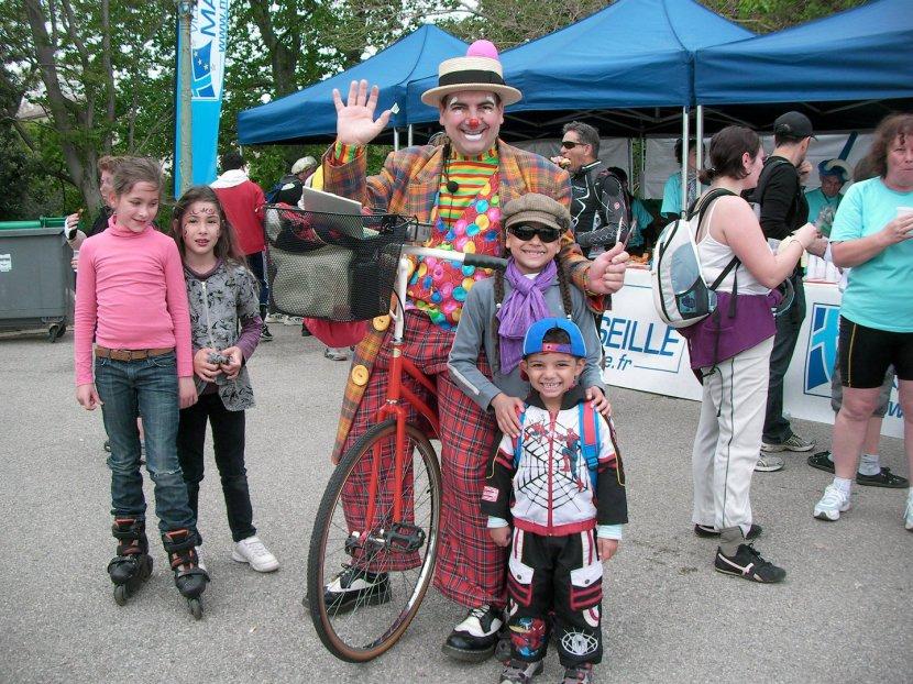 clown sur son vélo grand bi avec les enfants à Marseille, clown marseille