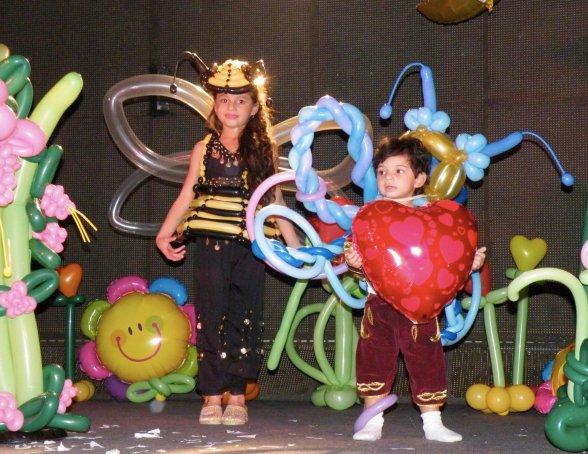 mes enfants en spectacle de ballons sur scène, les ballons de Fabrizio le magicien fantaisiste Français
