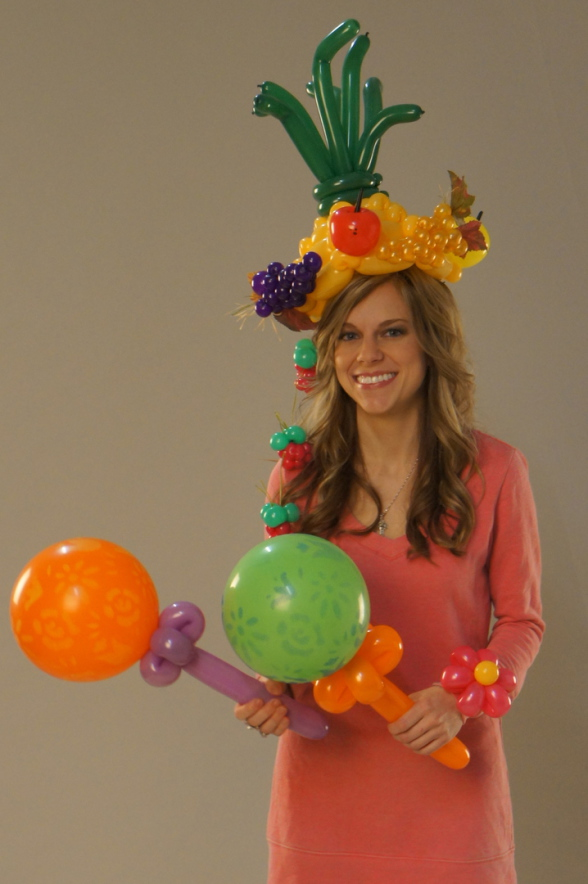 chapeau tropical fruits et maracas en ballons sculptés pour la couverture du magasine Balloon Magic Magazine USA Qualatex The Very Best Balloon Fabrizio le magicien sculpteur de ballons