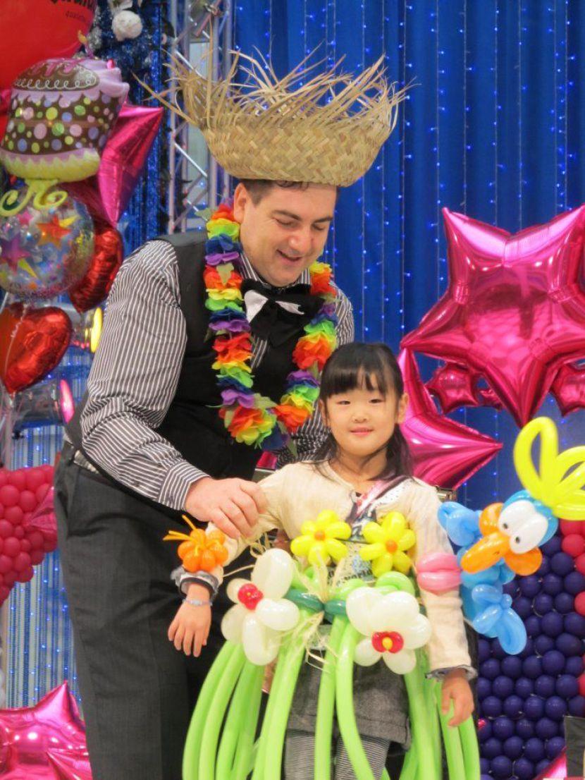 costume tropical exotique en ballons créé par Fabrizio le magicien fantaisiste en France, spectacle de ballons avec Fabrizio Marseille