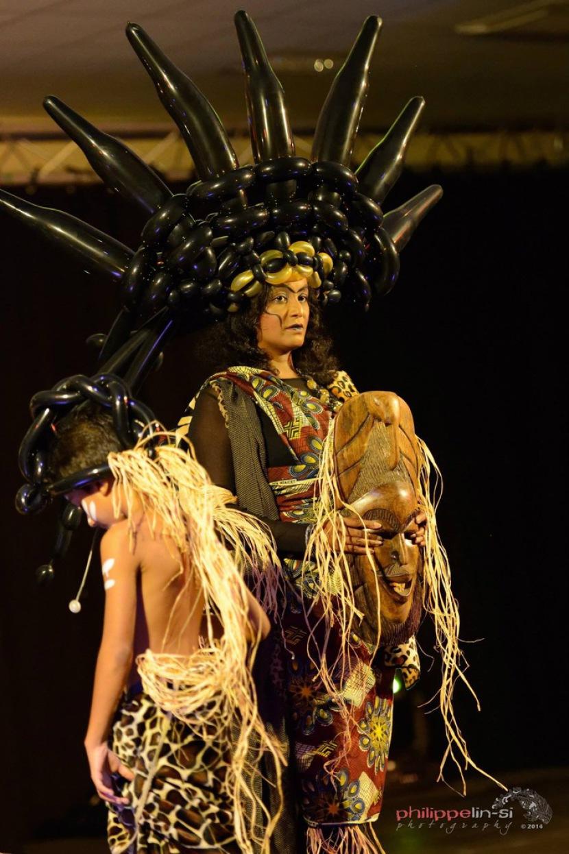Sorcière Africaine chapeau en ballons sculptés par Fabrizio Bolzoni artiste des balllons à Marseille France, carnaval à Marseille