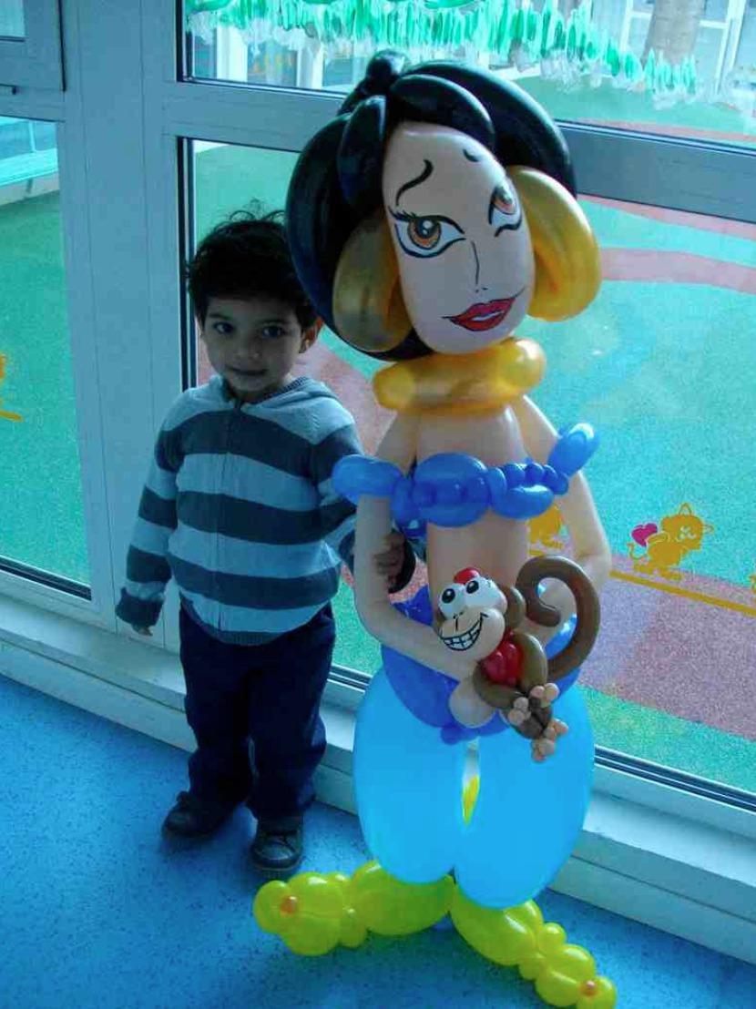 Jasmine en ballons fabrizio, spectacle pour les crèches avec Fabrizio le magicien artiste des ballons fantaisiste à Marseille, artiste en provence, magicien pour enfants dans les bouches du rhône