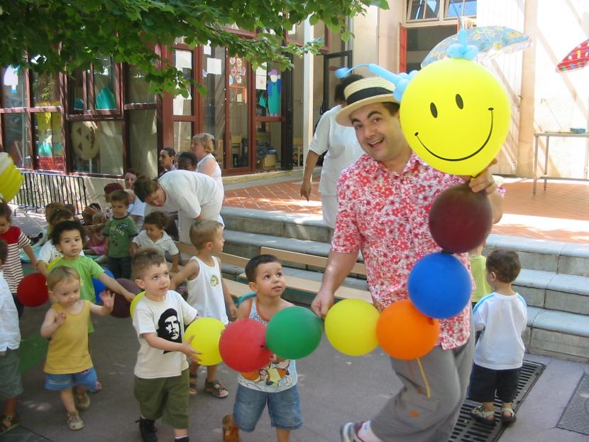 chenille en ballons réalisée par Fabrizio le magicien des enfant et sculpteur de ballons à Marseille et région PACA bouches du rhône, animations enfants bouches du rhône