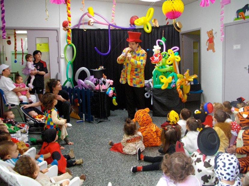spectacle pour les crèches et écoles de Marseille avec Fabrizio le magicien fantaisiste sculpteur de ballons Marseille