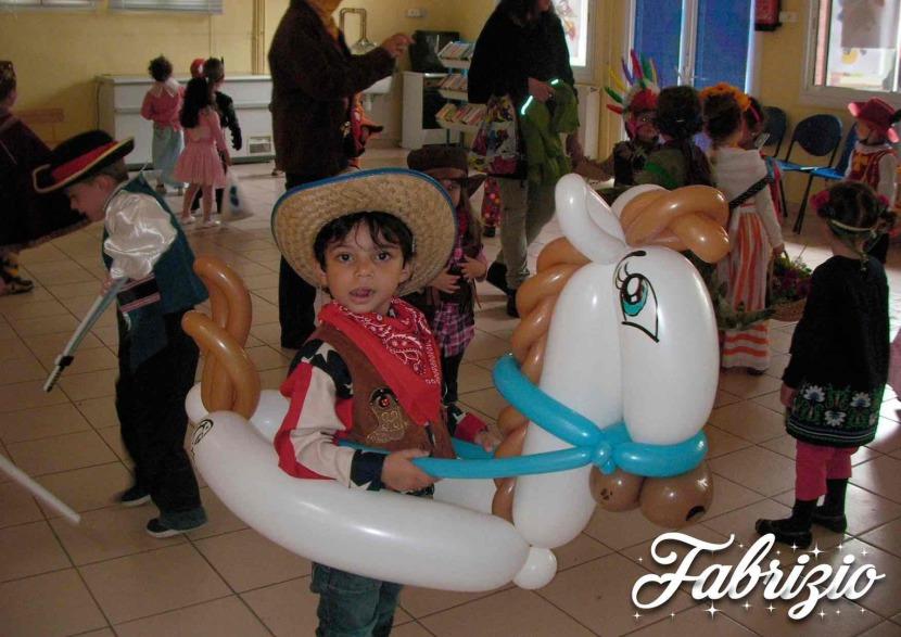petit cowboy avec son cheval en ballons sculptés par Fabrizio le magicien des enfants à Marseille et région PACA, animations enfants en Provence