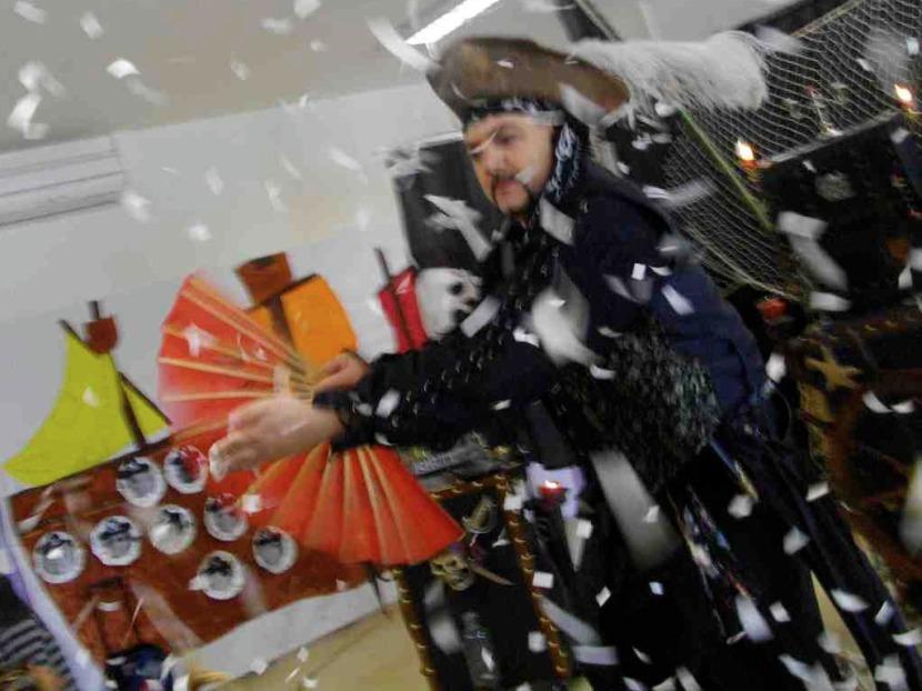 magicien pirate en spectacle pour enfants avec Fabrizio artiste fantaisiste à Marseille et provence, magicien bouches du rhône