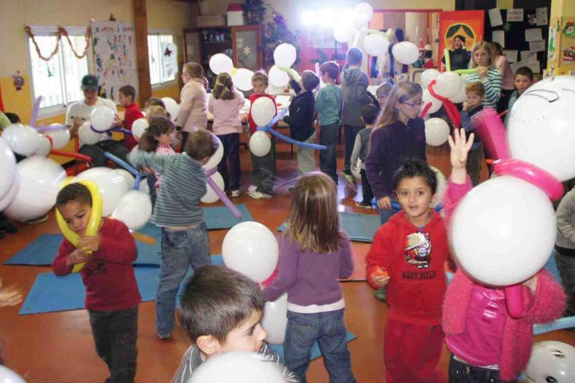 spectacle de ballons sculptés pour enfants avec Fabrizio le magicien artiste fantaisiste à Marseille et région PACA, arbre de Noël pour les écoles et centres aérés de la région provence, Fabrizio le magicien